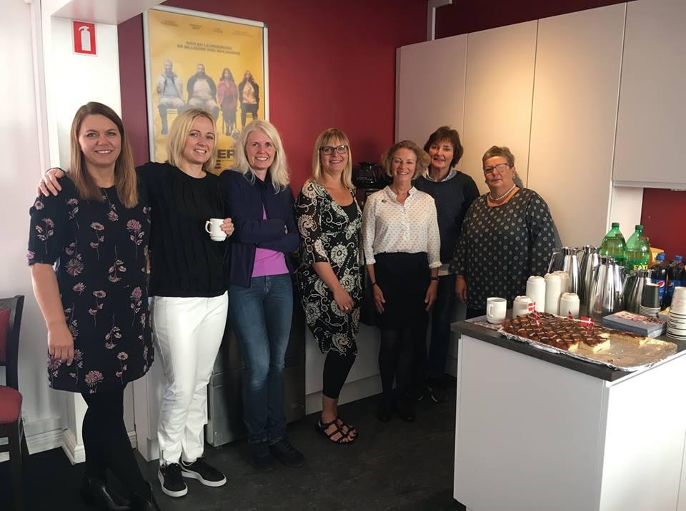 Repræsentanter fra Guldgåsen serverede kage i Kino Nibes nye køkken. Køkkenet er doneret af Guldgåsen ved hjælp af overskuddet fra salg af Guldhæfter.